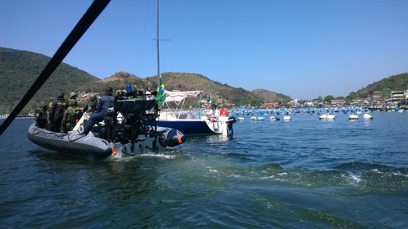 Agentes do Ibama abordam embarcacoes durante fiscalizacao