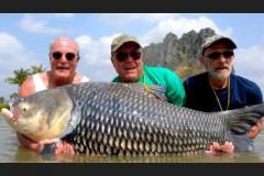 Amigos transformam cinzas de pescador em isca e capturam peixe de 82 kg 2