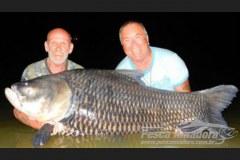 Amigos transformam cinzas de pescador em isca e capturam peixe de 82 kg