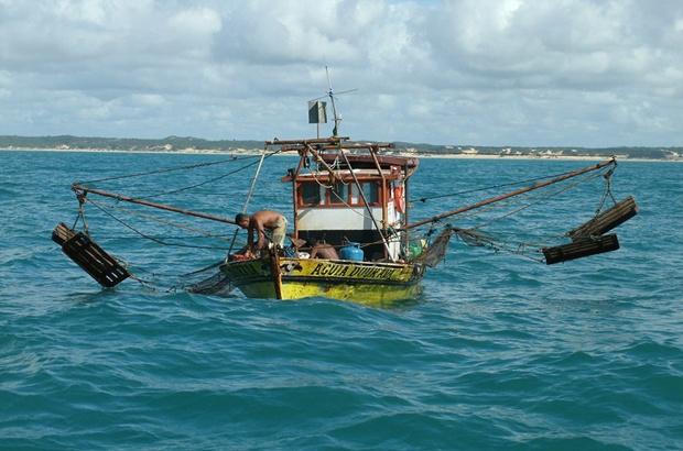 Barco de arrasto de camarao em condicoes precarias no Nordeste