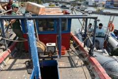 Barco que fazia pesca ilegal e apreendido em operacao em Vitoria-ES 2