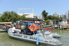 Barco que fazia pesca ilegal e apreendido em operacao em Vitoria-ES