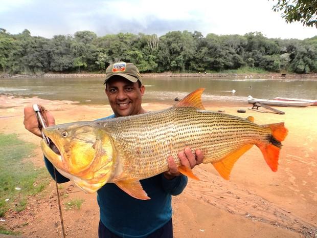 Bombeiro pesca dourado no rio Mogi em Pirassununga