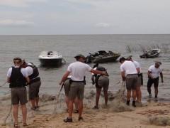 Cerca de 20 mil peixes, crustáceos e moluscos estavam preso nas redes (Foto: CABM/Divulgação)
