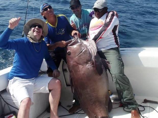 Grupo pesca Cherne de 1,70m em Ilhabela-SP
