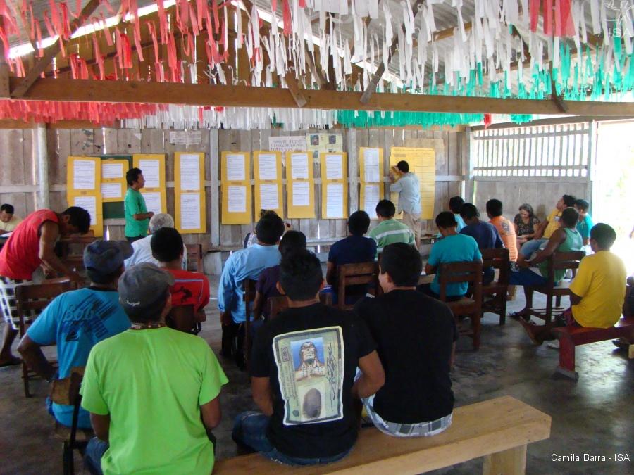 Comunidades discutindo as propostas em tapuruquara mirim