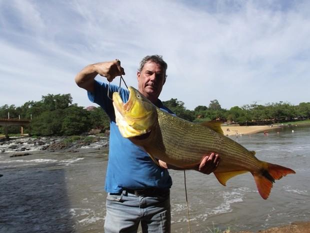 Corretor retira matriz de 13kg do rio Mogi Guacu em Pirassununga-SP