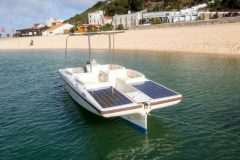 empresa-portuguesa-apresenta-barco-movido-a-energia-solar-no-green-projets-awards