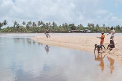 Encontro do Rio Joanes com o mar, segundo oradores é visível a diferença de cor das águas