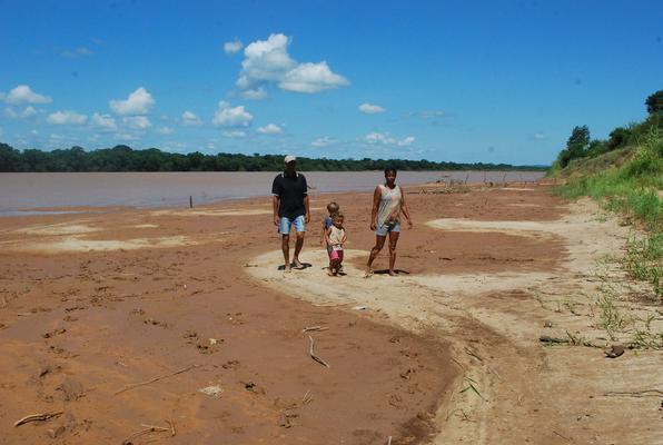 Familia de Valdecir Ferreira caminha em parte do Sao Francisco que secou