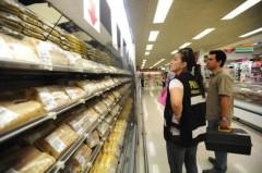 A fiscalização dos peixes passou por peixarias e supermercados de Florianópolis (Foto: Betina Humeres / Agencia RBS)