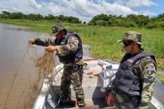 Forca Verde recolhe redes e espinheis durante fiscalizacao no PR 6