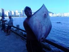 Guerreiro segura arraia de 42 kg fisgada em São Vicente-SP