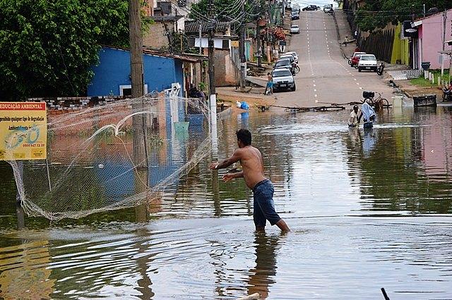 Homem joga rede de pesca em plena avenida no centro de Porto Velho