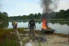 Ibama queima barcos contra pescaria ilegal em terra indigena em MT