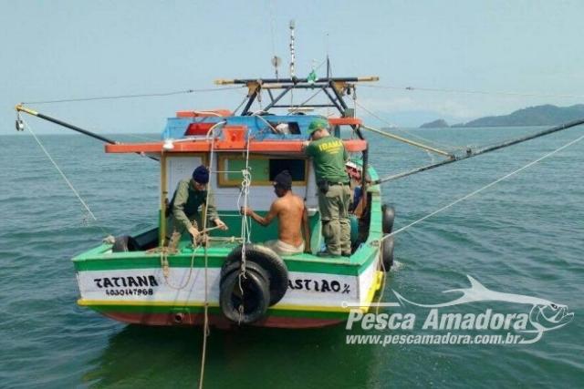 Ibama realiza operacao contra captura acidental de botos-cinza na Baia de Sepetiba no RJ