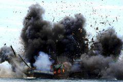 Indonesia festeja independencia afundando pesqueiros estrangeiros ilegais