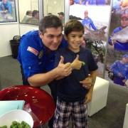 Joel Datena em pose para foto na Feira da Pesca & Cia em Goiania