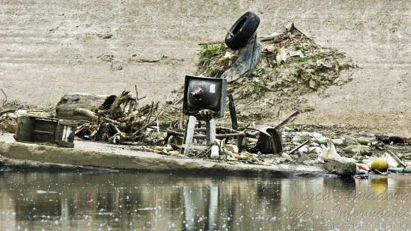 Lixo recolhido no rio tiete por pescadores
