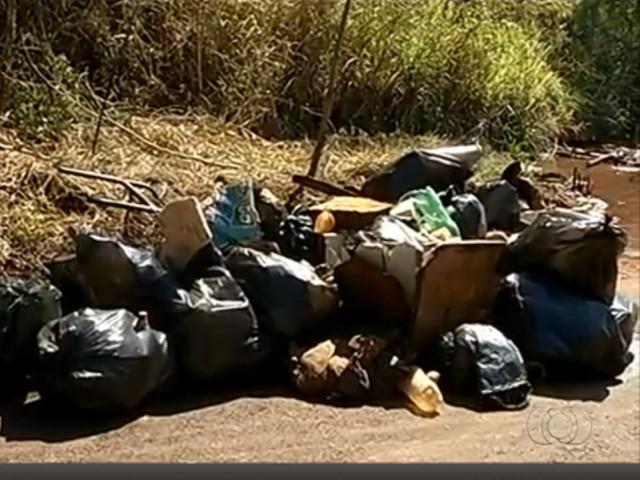 Lixo recolhido rio verdinho com a ajuda de moradores
