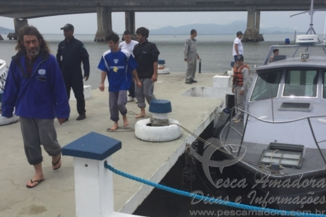 6d458ef175a18 Marinha resgata pescadores que naufragaram durante pesca ilegal em SC