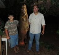 Menino de 10 anos pesca jau no Parana