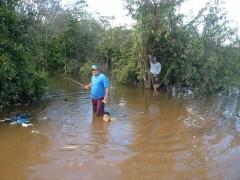 Moradores pescam na beira da estrada com a cheio do Rio Madeira em RO 2
