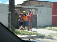 Moradores recebendo mascaras de funcionarios da Brasmar (Foto: Fórum do Movimento Ambientalista do Paraná)