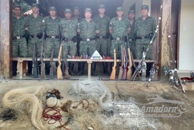 PMA apreende redes e armas de fogo no Rio Urucuia em MG