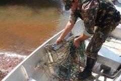 PMA recolhe 55 anzois de galho e autua construcao em APP no Rio Ivinhema-MS