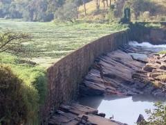 Paredao em Varginha com as aguas abaixo do nivel