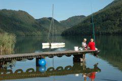 Pesca esportiva na beira do lago