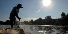 Pescador artesanal recolhendo rede no Acre