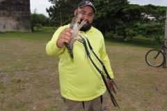 Pescador esportivo fisga especie exotica de camarao em Iguape-SP 2