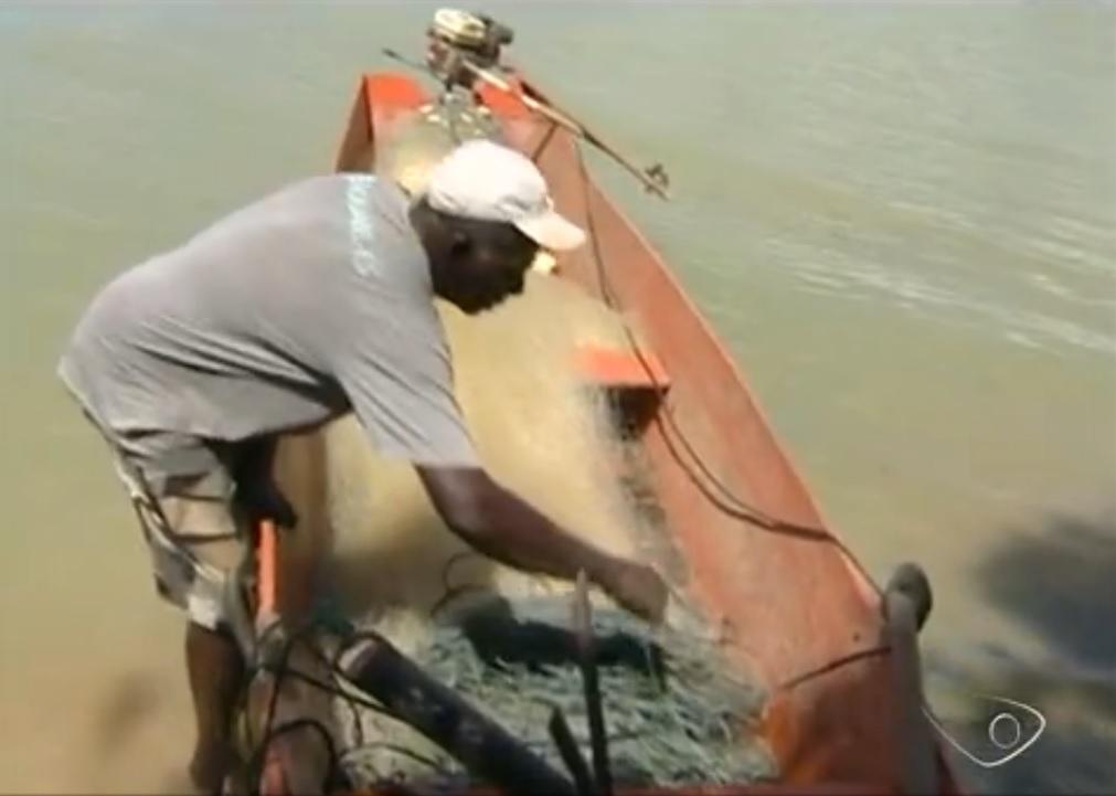 Pescador rvisa rede cortada por piranhas