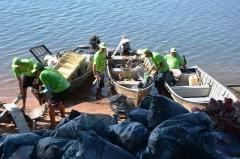 Pescadores de MS recolhem lixo no Rio Parana 2