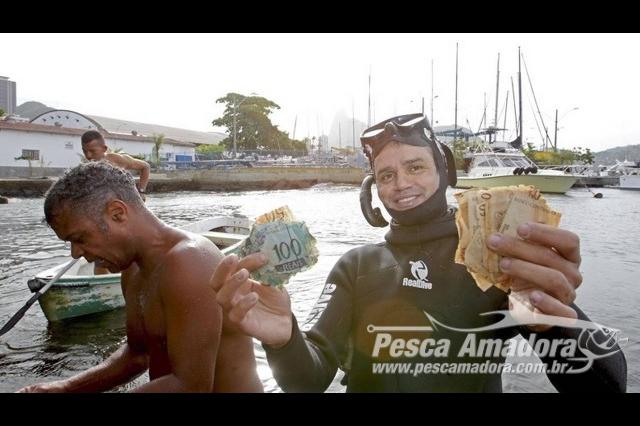 pescadores-fisgam-cedulas-de-50-e-100-reais-em-orla-do-rio-de-janeiro-2