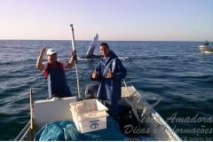 Pescadores retiram espinhel preso em Jubarte no litoral sul de SP