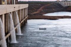 Pescadores se arriscamem  area de Seguranca da Usina Hidreletrica Estreito