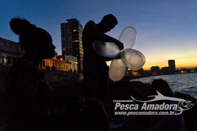 pescadores-usam-preservativos-para-pescar-em-cuba-2