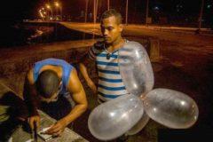 pescadores-usam-preservativos-para-pescar-em-cuba-4
