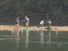 Pessoas pescando na margem do rio - Rio Preto-SP