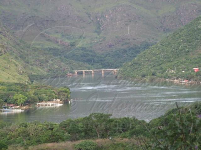 Ponte sob o Rio Grande proximo a usina de Mascarenhas