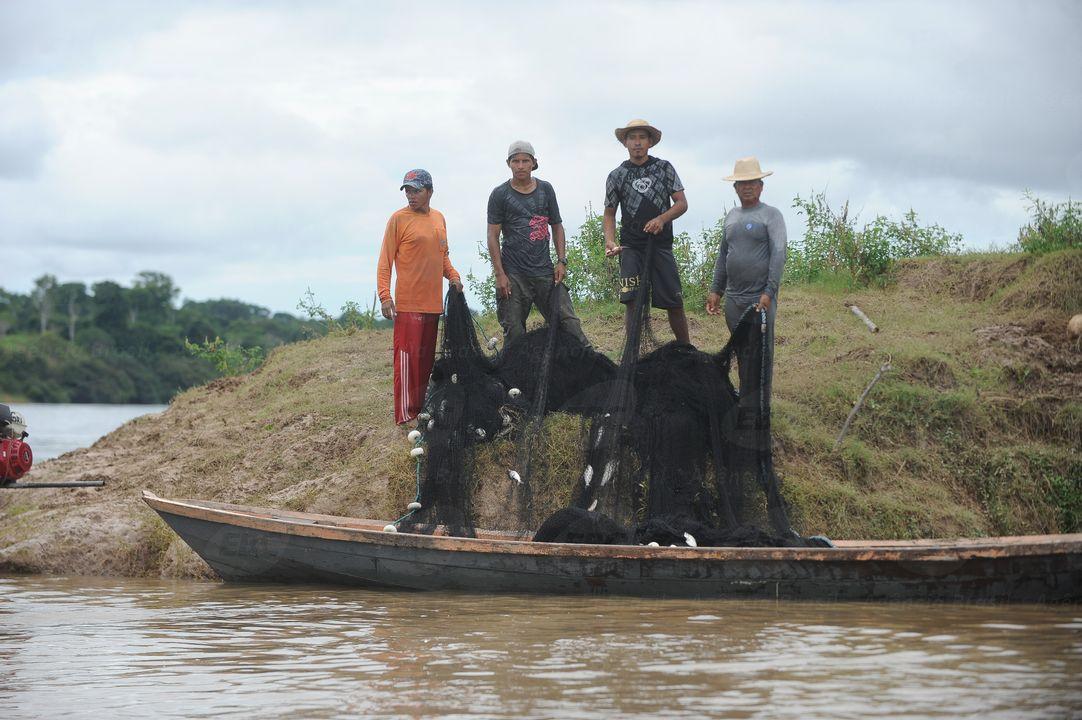 Ribeirinhos com rede de pesca na Amazonia