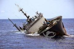 Thunder navio pirata de pesca ilegal afundando em Sao Tome e Principe