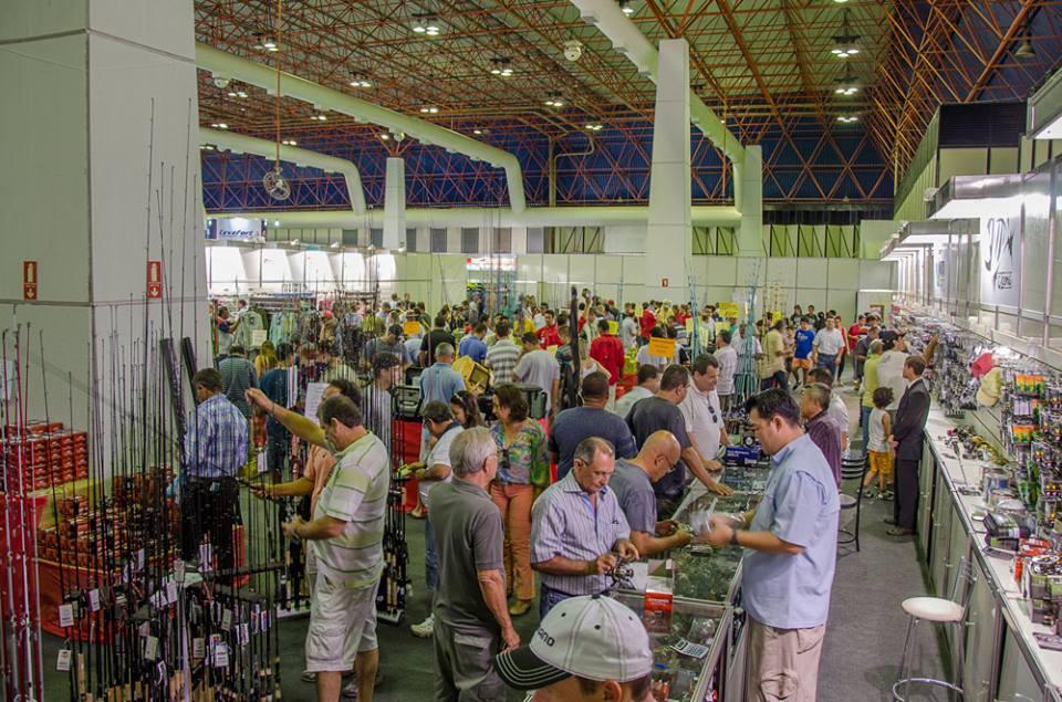 ba51fad4eb Visitantes aproveitam para renovar as tralha na feira de Goiania