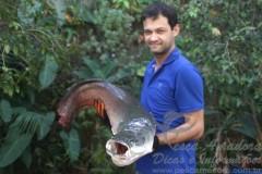 Wendel Rodrigo da Silva com um pirarucu de 20 kg capturado no Rio Grande