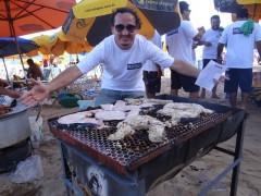 Ano passado, Propesca fez 'tubarãozada' e assou carne de tubarão, comprada em supermercado, na orla de Boa Viagem, Zona Sul do Recife