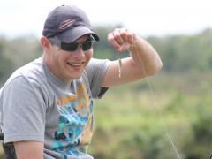 Estevão Dalonso exibe um lambari fisgado no fly