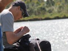 Estevão Dalonso trocando sua isca durante a pescaria
